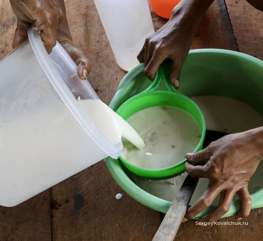Indonesia. Preparation of sago porridge